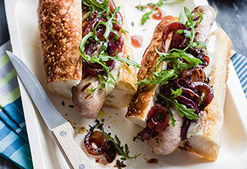 Hotdogs mit Thymian-Essigzwiebeln und Kren-Mayonnaise Foto: © Ben Dearnley
