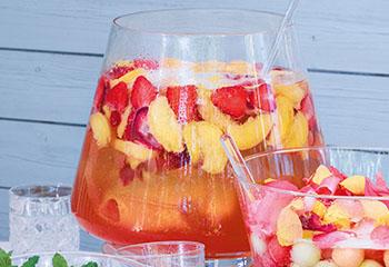Pfirsich-Erdbeer-Bowle mit Orangen-Likör Foto: © Walter Cimbal