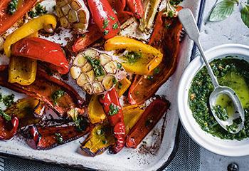 Paprika mit Knoblauch-Balsamico und Basilikumpesto Foto: © Ben Dearnley