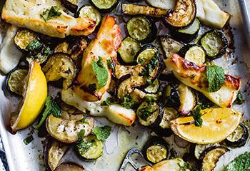 Zucchini und Melanzani mit Halloumi und Minze-Oregano-Salsa Foto: © Ben Dearnley