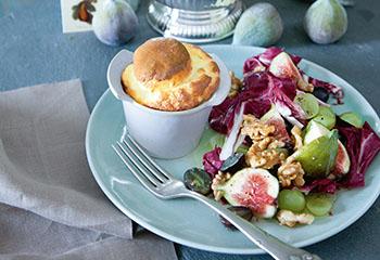 Käsesoufflé mit Feigen-Trauben-Salat Foto: © Monika Schürle und Maria Grossmann