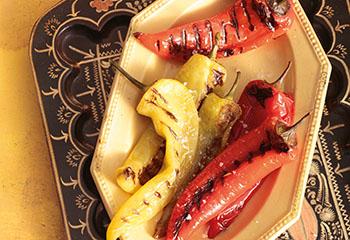 Gegrillte Spitzpaprika mit Fladenbrot und Kräuterjoghurt Foto: © Peter Garten