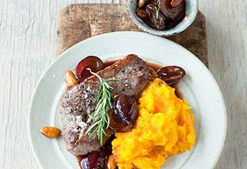 Hüferlsteak mit Balsamico-Zwetschken und Kürbispüree Foto: © Wolfgang Schardt