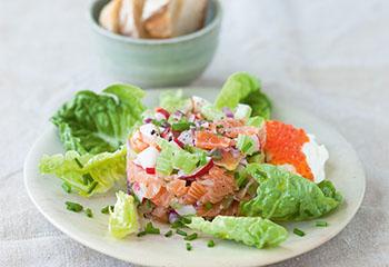 Lachstatar mit Salat und Forellenkaviar Foto: © Wolfgang Schardt