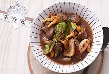 Hirschragout mit gebratenen Pilzen und Maroni Foto: © Jan-Peter Westermann