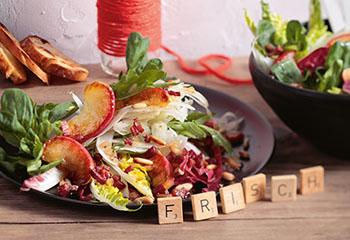 Bratapfel Fenchel Salat mit Schalotten-Vinaigrette und geröstetem Brot Foto: © Peter Garten