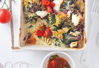 Spinat-Ziegenkäse-Nudelauflauf mit Tomatensalsa Foto: © Maria Grossmann & Monika Schürle
