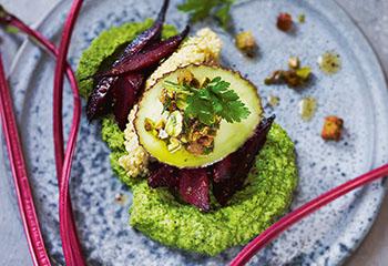 Vegane Avocado mit Pistazien-Picada, Hirsenockerln, Erbsen-Minzcreme und ofengebackenen roten Rüben Foto: © Gunda Dittrich & Bernadette Wörndl
