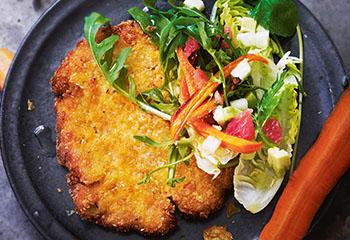 Veganes Mais-Polenta-Schnitzerl in der Cornflakeskruste mit Salsa-Salat Foto: © Gunda Dittrich & Bernadette Wörndl