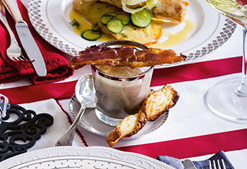 Kräuter-Champignon-Süppchen mit Prosciutto und Blätterteigstangen Foto: © Ben Dearnley