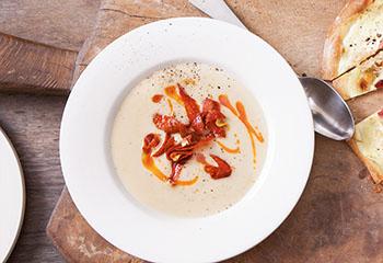 Bohnensuppe mit Paprikasalami und Knoblauchcrouton Foto: © Maria Grossmann & Monika Schürle