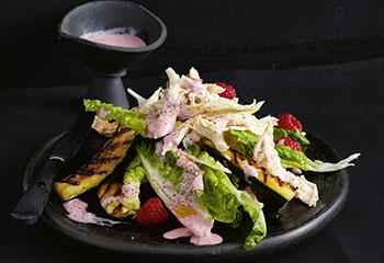 Hühnerbrust auf gegrillten Zucchini und Beerensalat Foto: © Thorsten Südfels