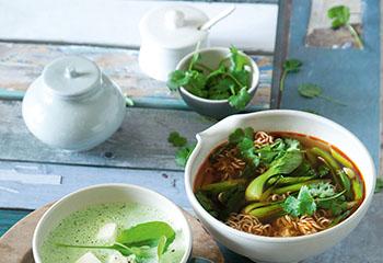 Scharfe Suppe mit Chinesischen Eiernudeln, Pak Choi und Koriander Foto: © Maria Grossmann & Monika Schürle