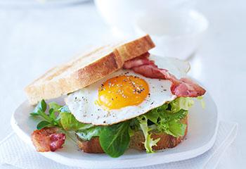 Pikanter Spiegelei-Sandwich mit Salat Foto: © Janne Peters