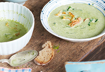 Spinatcreme-Suppe mit Curry und Speck Foto: © Janne Peters