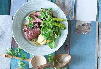 Rindslungenbraten mit Löwenzahn- Borretsch-Salat, Birne und Senfdressing Foto: © Maria Grossmann & Monika Schürle