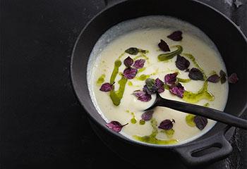 Karfiol-Kokossuppe mit Korianderöl Foto: © Thorsten Suedfels