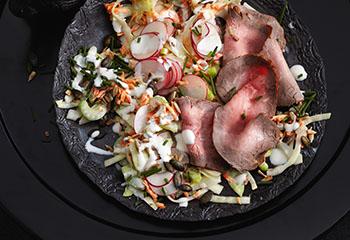 Kerniger Rohkostsalat mit Roastbeef Foto: © Thorsten Suedfels