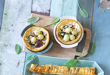 Flammkuchen mit Salbei,Ziegenkäse,Haselnüssen und Weintrauben Foto: © Maria Grossmann & Monika Schürle