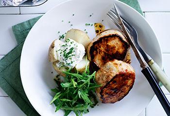 BBQ-Medaillons mit Ofenkartoffeln und Rucola-Salat Foto: © Ben Dearnley