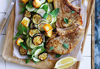 Koteletts mit Zucchini Halloumi Salat Foto: © Ben Dearnley