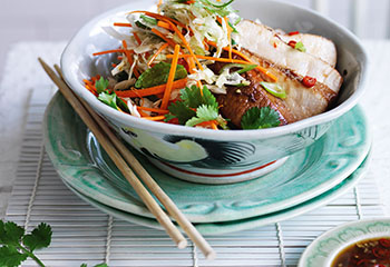 Honig Soja Medaillons mit Asia Salat Foto: © Ben Dearnley