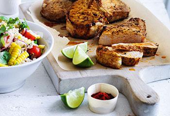 Paprika Koteletts mit Mais Reis Salat Foto: © Ben Dearnley