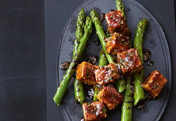 Gebratener Tofu mit Spargel und Sesam Foto: © Thorsten Suedfels