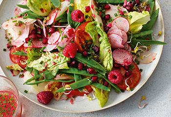 Gemüse-Beeren-Salat mit Himbeerdressing Foto: © Walter Cimbal