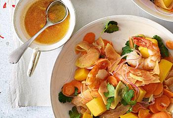 Mango-Papaya-Salat mit Garnelen und Asia-Dressing Foto: © Walter Cimbal