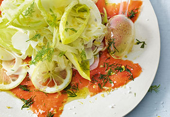 Gemüsesalat mit Honig-Zitronen-Dressing und mariniertem Lachs Foto: © Walter Cimbal
