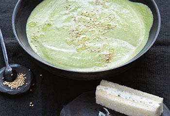 Kalte Avocado-Erbsen-Suppe mit Frischkäsetoasts Foto: © Thorsten Suedfels