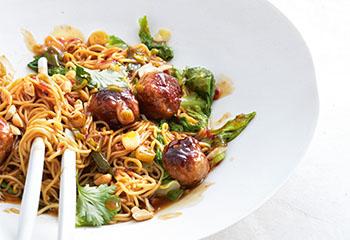 Asiatische Fleischbällchen mit gebratenen Nudeln Foto: © Thorsten Suedfels