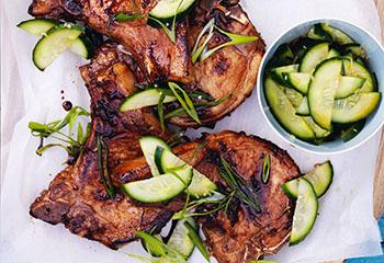 Honig-Soja-Koteletts mit Gurken-Ingwer-Salat Foto: © Ben Dearnley