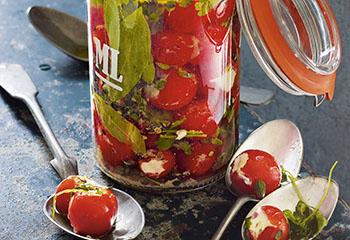 Gefüllte Tomaten in Vanille-Kräutersud Foto: © Walter Cimbal
