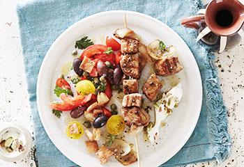 Souvlaki mit Pistazienjoghurt und Oliven-Tomatensalat Foto: © Janne Peters