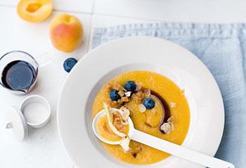 Marillen-Gazpacho mit Mandeln, Ingwer, Zimtbrotwürfeln und Beeren Foto: © Wolfgang Schardt