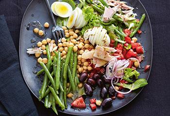 Salat mit Kichererbsen, Fisolen, Forelle und Oliven Foto: © Thorsten Suedfels