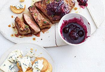 Hüferlsteak mit Heidelbeer-Chutney und Käsecrackern Foto: © Thorsten Suedfels