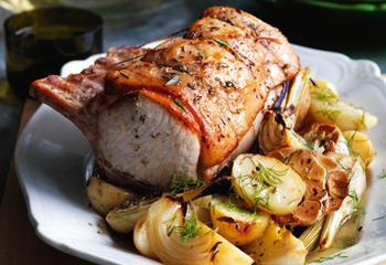 Schweinskarree in Weißwein mit Gemüse, Fenchelsalz und Apfel-Sellerie-Salat