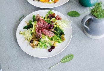 Batavia-Trauben-Salat mit Fenchel und gebratener Salami