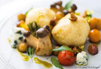 Käse-Griessknödel mit gebratenen Äpfeln, Pilzen und Kräutern Foto: © Michael Reidinger