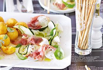 Prosciutto mit Büffelmozzarella und marinierten Zucchini Foto: © Janne Peters