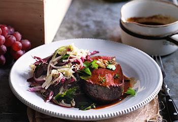 Rindsfilet mit Rotweinsauce und warmem Sellerie-Kraut-Salat Foto: © Ben Dearnley