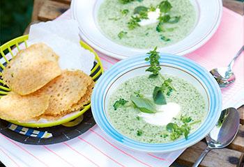 Brokkoli-Basilikum-Cremesuppe mit Parmesantalern