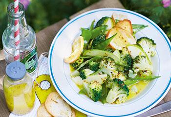 Brokkolisalat mit Brotchips Foto: © Janne Peters
