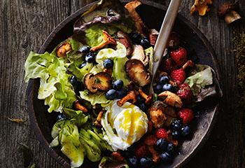 Pilz-Beeren-Salat mit pochiertem Ei Foto: © Thorsten Südfels