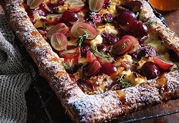 Ricotta-Trauben-Pizza mit Thymian und Honig Foto: © Ben Dearnley