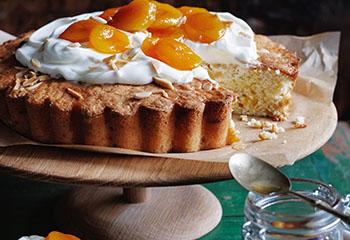 Dattel-Marille-Quinoakuchen mit Joghurt und Marillenkompott Foto: © Ben Dearnley