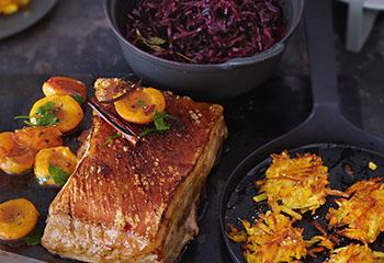 Bauchfleisch mit Pfirsichen, Apfel-Rotkraut und Kürbisrösti Foto: © Janne Peters